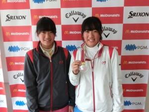 メダルを獲得した花音(右)と玲花は互いに健闘をたたえあった