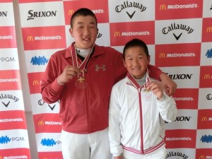 弟龍次郎(右)とともに1位のメダルをかけて笑顔を見せる石過功一郎
