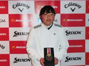 表彰式でメダルを受け取ってはにかむ新藤