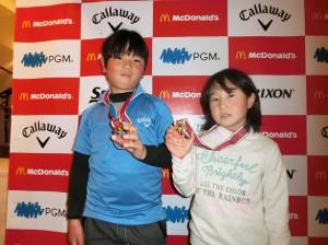 トップ通過のメダルを掲げる京太郎(左)、優菜の川畑兄妹