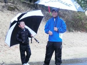 スタート前に2年前の世界ジュニアに一緒に行った7-8歳の部男子斉藤隼人(左)と談笑する徳嶽