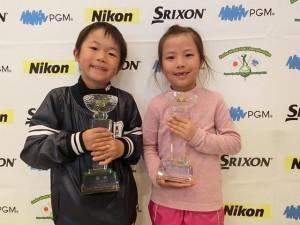 6歳以下の部男女優勝の須藤樹(左)と蕪木梨央