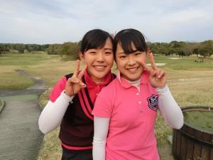 13-14際の部女子で首位タイ発進の吉田鈴(右)と、15-17歳の部女子で3位につけた姉・優利