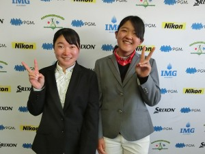 女子15-18歳代表の杉浦愛梨(左)と益田世梨